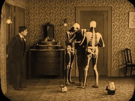 Buster Keaton in The Haunted House 1921 au travail.gif