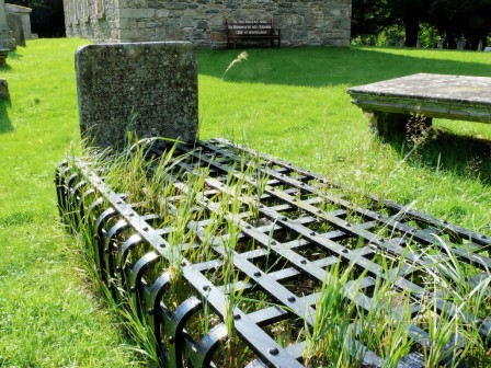 Iron_cage_for_protecting_graves_from_robbers_Scotland_18th_century_mort_prison.jpg
