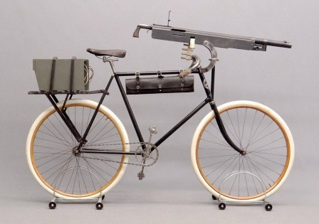 Columbia model 40 Military Cavalry Bicycle with machine gun Colt-Browning M1895, USA, the end of the XIX century vélo de guerre arme.jpg
