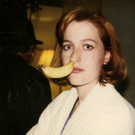 Gillian Anderson on the set of The X-Files banane.jpg