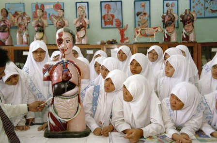 INDONESIA_Solo_Female_students_attend_a_biology_class_in_the_Assalam_pesantren_anatomie_de_la_femme_occidentale.jpg
