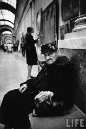 Alfred Eisenstaedt A 91 year-old woman taking a break during her visit at the Louvre museum Paris.jpeg
