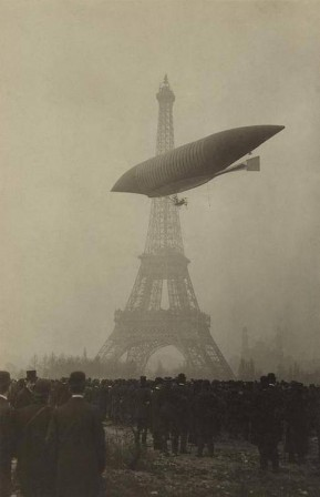 Dirigeable_Le_Jaune_tour_Eiffel_Paris_1903.jpg