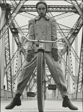 Hermann_Landshoff_Model_Beth_Wilson_at_Rip_Van_Winkle_Bridge_spanning_the_Hudson_River_velo_gris_bonjour.jpg