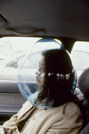 Kana Tanaka Daydreaming bubble 1998 casque voiture de l'incommunicabilité.png