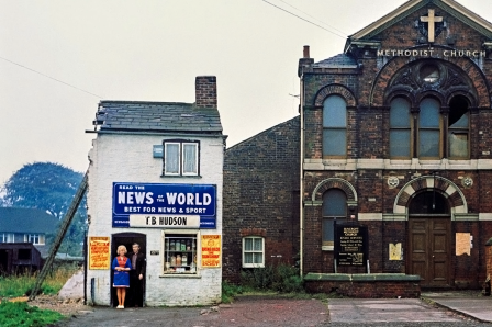 Peter_Mitchell_Mr_and_Mrs_Hudson_Newsagents_Seacroft_Leeds_1974_notre_petite_maison.png