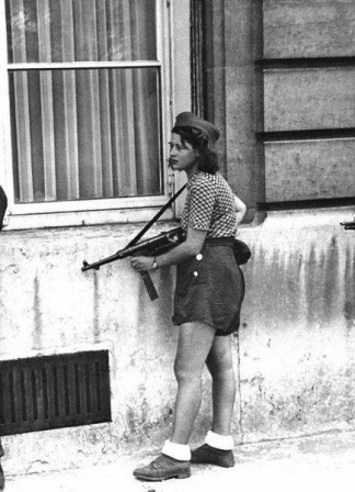 Simone Segouin was a French resistance fighter during WWII She managed to capture 25 Nazis in the Chartres area and killed several others all before her 20th birthday guerre résistance.jpg