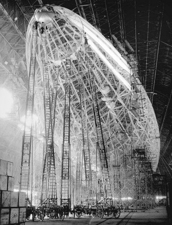 Workers_on_super-tall_ladders_building_the_USS_Macon_airship_Akron_Ohio_1933_dirigeable_modelisme.jpg