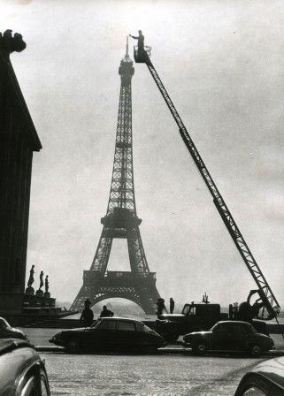 la construction de la Tour Eiffel Paris 1950.jpg