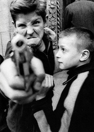 william_klein_e28093-broadway-and-103rd-street-new-york-1955_menace_bonjour_pistolet.jpg