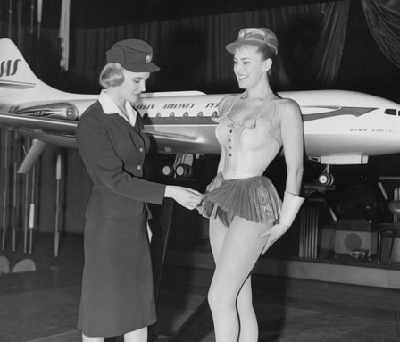 12th January 1959 Swedish stewardess Birgitta Lindman who is with the Swedish SAS airline examines a showgirls costume Photo by Harry Todd Fox Photos Histoire de l'aviation avion.jpg, mai 2021
