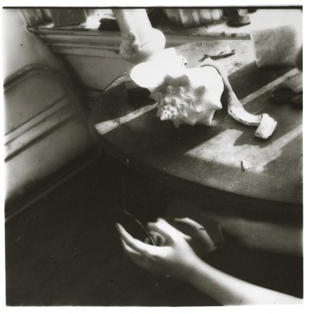Francesca Woodman, But Lately I Find a Sliver of a Mirror is Simply to Slice an Eyelid, 1979, le bruit de la mer.jpg, juin 2020