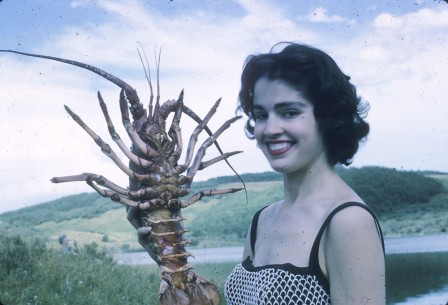 Scuba diver Heather McEwen with a crayfish spiny lobster Alberta 1962 ma mère et moi.jpg, nov. 2019