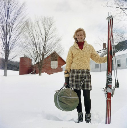 Ski bum Alice Clement, a waitress and dishwasher at Stowe, Vermont when not on the slopes, carrying her skis on the way to a run, circa 1960 journée de ski.jpg, nov. 2020